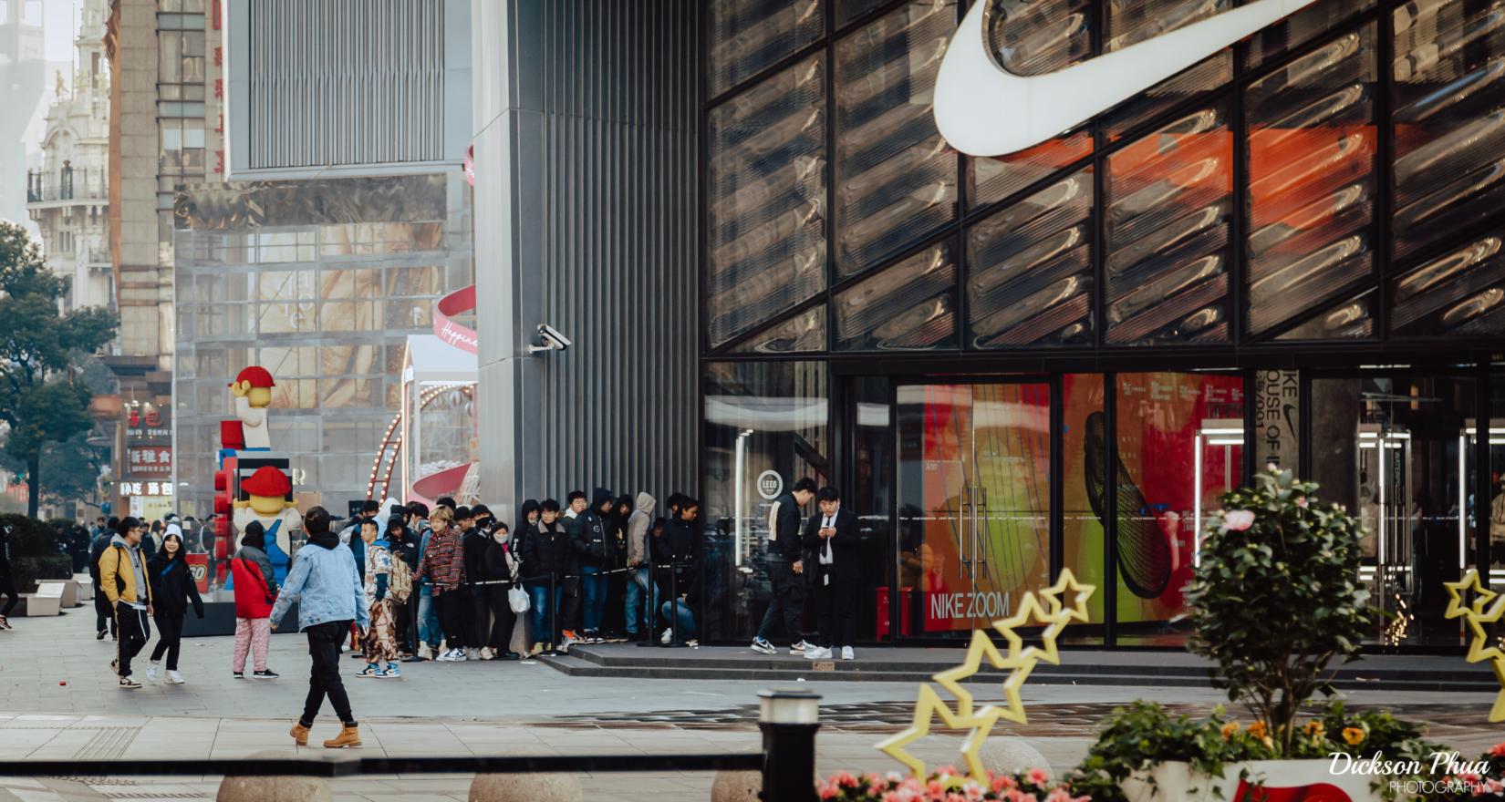 Người dân xếp hàng chờ đến lượt mua giày Nike. Trong 8 tháng tới, nhu cầu đối với các sản phẩm của hãng này sẽ vượt quá nguồn cung khả dụng. (Ảnh: gunman47/Flickr)